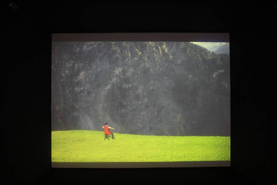 謝素梅,《回音 》。影像中大提琴低沉樂聲迴盪在空間中。圖/非池中藝術網攝。
