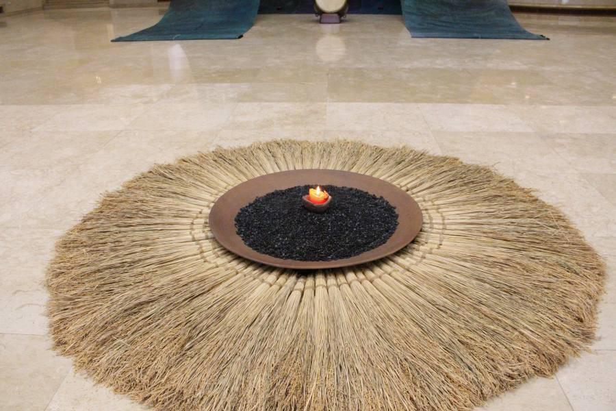 《潮》特寫。飽滿的稻穗、受河流沖激的圓石、燭火,引領觀眾步入展覽流域。圖/非池中藝術網攝。