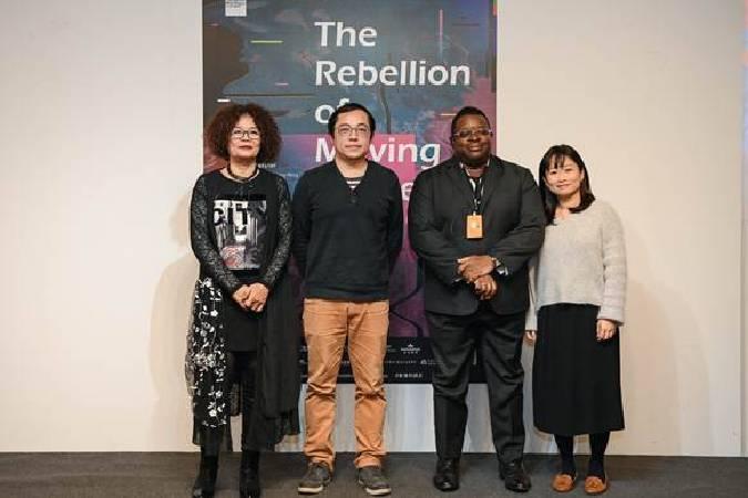 開幕合影(左起:潘小雪/台北當代藝術館執行總監、許家維/藝術家、艾薩克.朱利安 Isaac Julien/藝術家、黃香凝/策展人