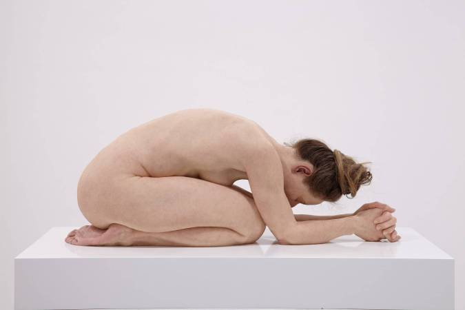 跪著的女人 │ 矽膠、顏料、毛髮 30 x 28 x 72公分 2015年