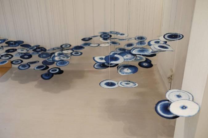藝術家楊偉林運用藍染布輪設計空間裝置。圖/台北當代藝術館提供。