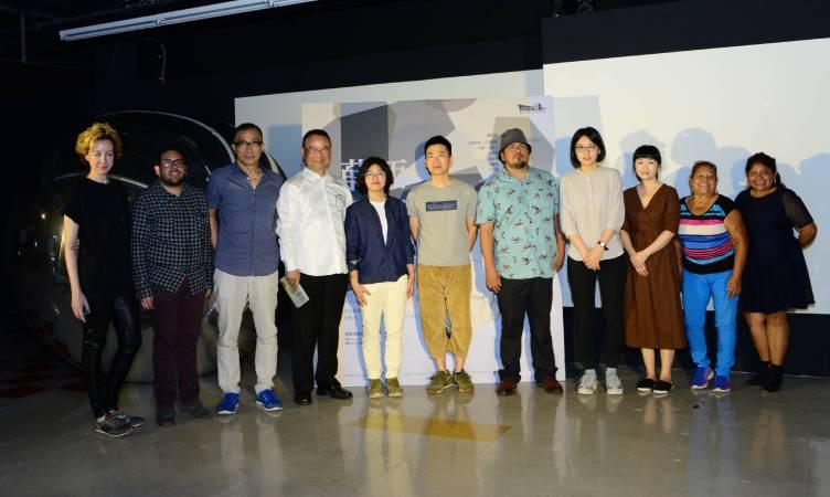 國美館蕭宗煌館長(左4),策展人林怡君(左5),王萱(右4)與參展藝術家莫妮卡‧瓦卡希沙茲(左1),勞爾‧巴塔沙(右5),陳俊宇(右6)及貴賓合影