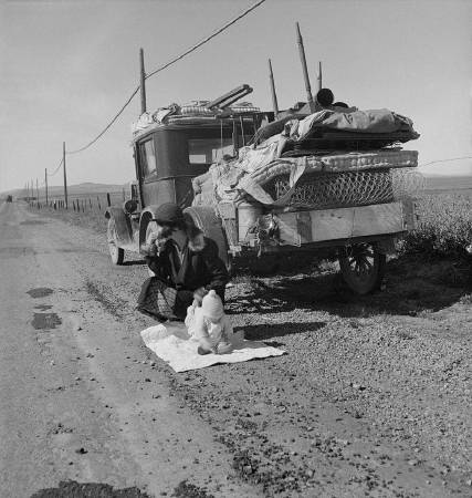 Dorothea Lange《Broke, baby sick, and car trouble!》,1937。圖/取自Wikipedia。