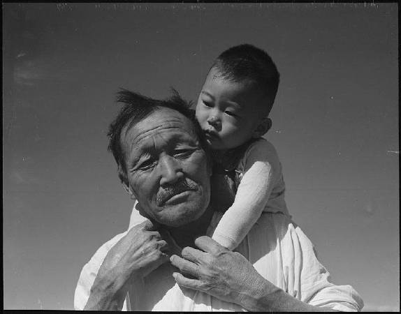 Dorothea Lange《Grandfather and grandson at Manzanar Relocation Center》,圖/取自Wikipedia。