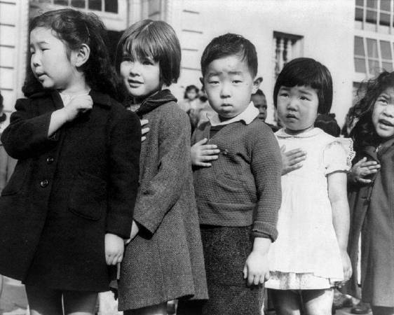 Dorothea Lange《Children at the Weill public school in San Francisco pledge allegiance to the American flag in April 》,圖/取自Wikipedia,1942。