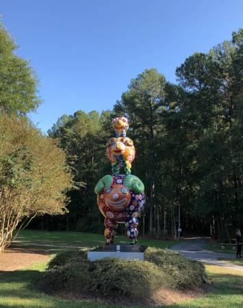 三羊開泰現正坐落於華盛頓瑪莉雕塑公園,享受大自然的美麗,煞是吸睛 / 洪易 三羊開泰 鋼板烤漆 284 x 172 x 454 cm