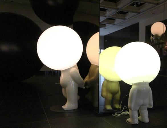 鏡像設計與罰站姿態的燈泡人。圖/非池中藝術網攝。