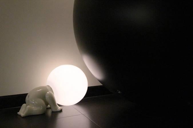 跪地姿態燈泡人。圖/非池中藝術網攝。
