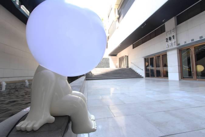 戶外的燈泡人。圖/非池中藝術網攝。