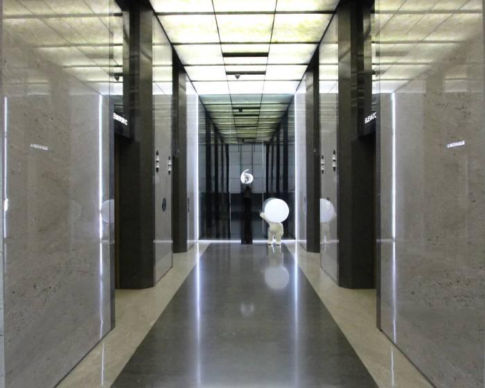 設置於順天建築.文化.藝術中心大廳的燈泡人。圖/非池中藝術網攝。