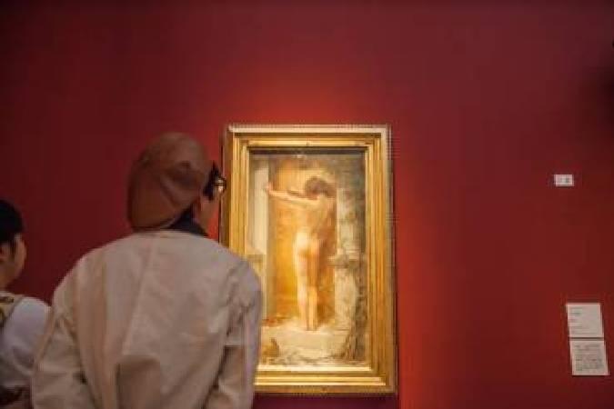 觀眾於日本橫濱美術館《裸:泰德美術館典藏大展》(ヌード NUDE ー英国テート・コレクションより)欣賞安娜‧麗雅‧梅里特(Anna Lea Merritt)所繪〈囚愛〉(Love Locked Out,1890)。(照片提供:高雄市立美術館)