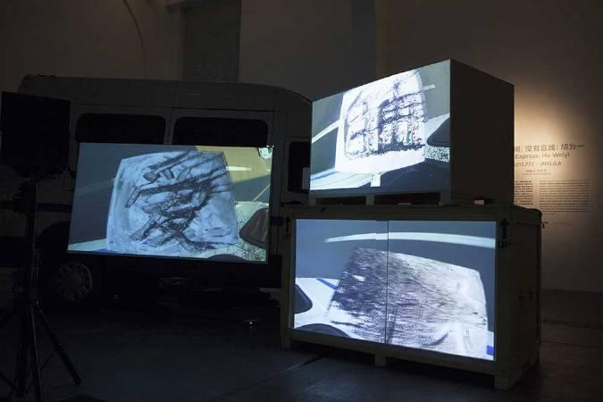 胡為一,《吹》,「兩點之間沒有直線」展覽現場,2015年,尤倫斯當代藝術中心,北京。圖/藝術家提供。