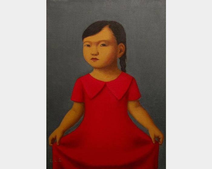 拉著紅色洋裝的女孩
