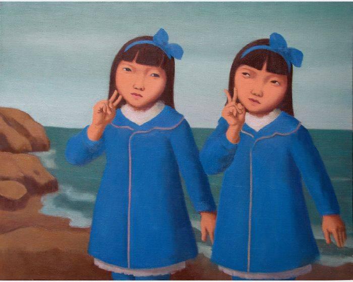 穿藍色大衣的雙胞胎姐妹