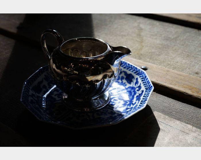 英國小銀奶盎與青花小瓷盤