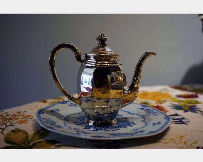 德國小銀壺與青花瓷盤