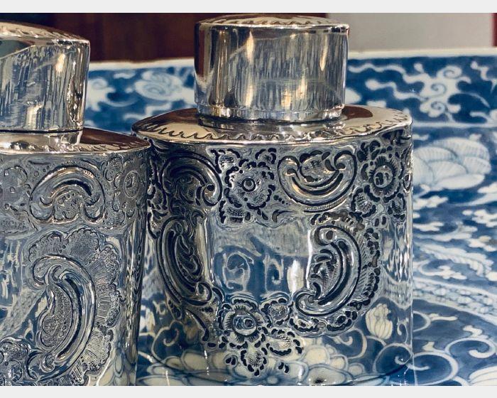 洛可可紋飾銀罐與蓮花纏枝青花大盤