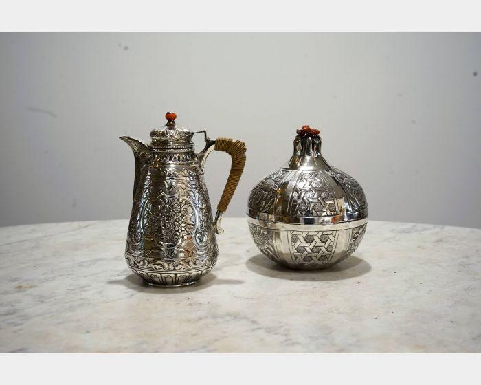 古老的雕花銀壺與銀罐