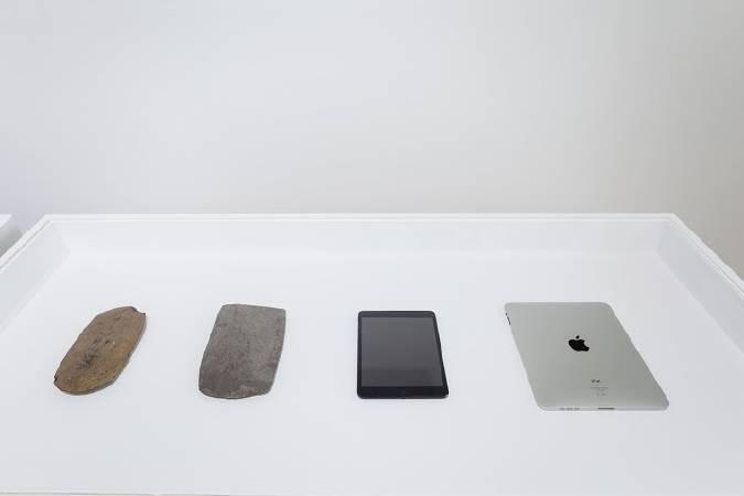 島袋道浩,《手機與石器》。圖/北美館提供。