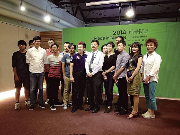 「2014 Made in Taiwan-新人推薦特區」參展藝術家與媒合畫廊合影。