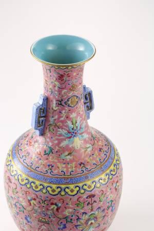 清嘉慶,粉地粉彩纏枝花卉囍字雙耳瓶。
