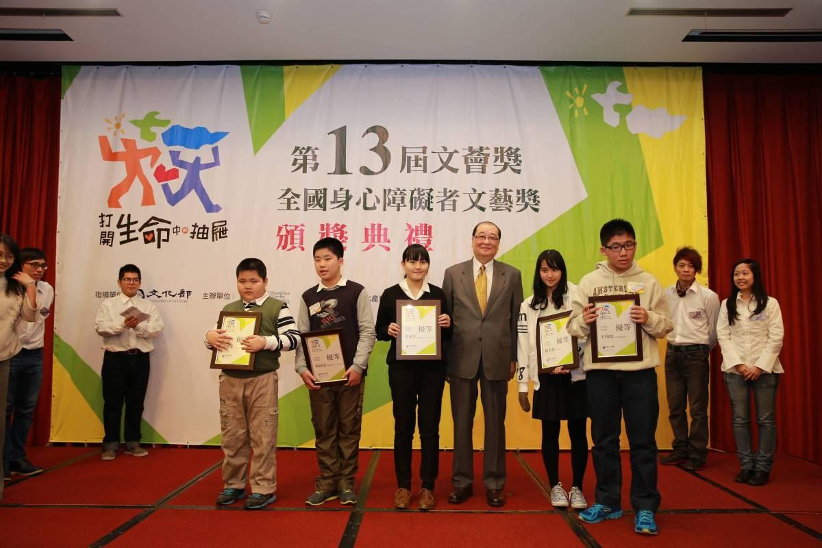 文化部洪孟啟部長與文學類學生組得獎者合影