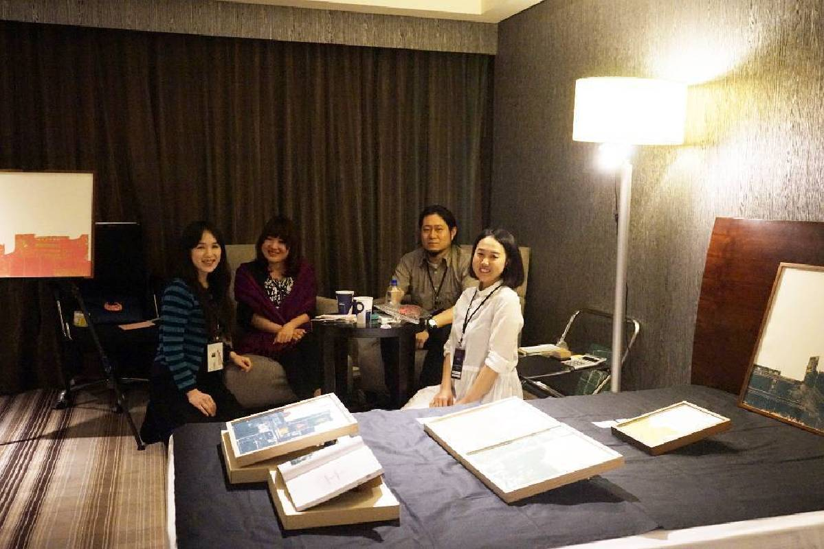 來自日本的Gallery Class負責人(右二)與其參展藝術家(左一)合影
