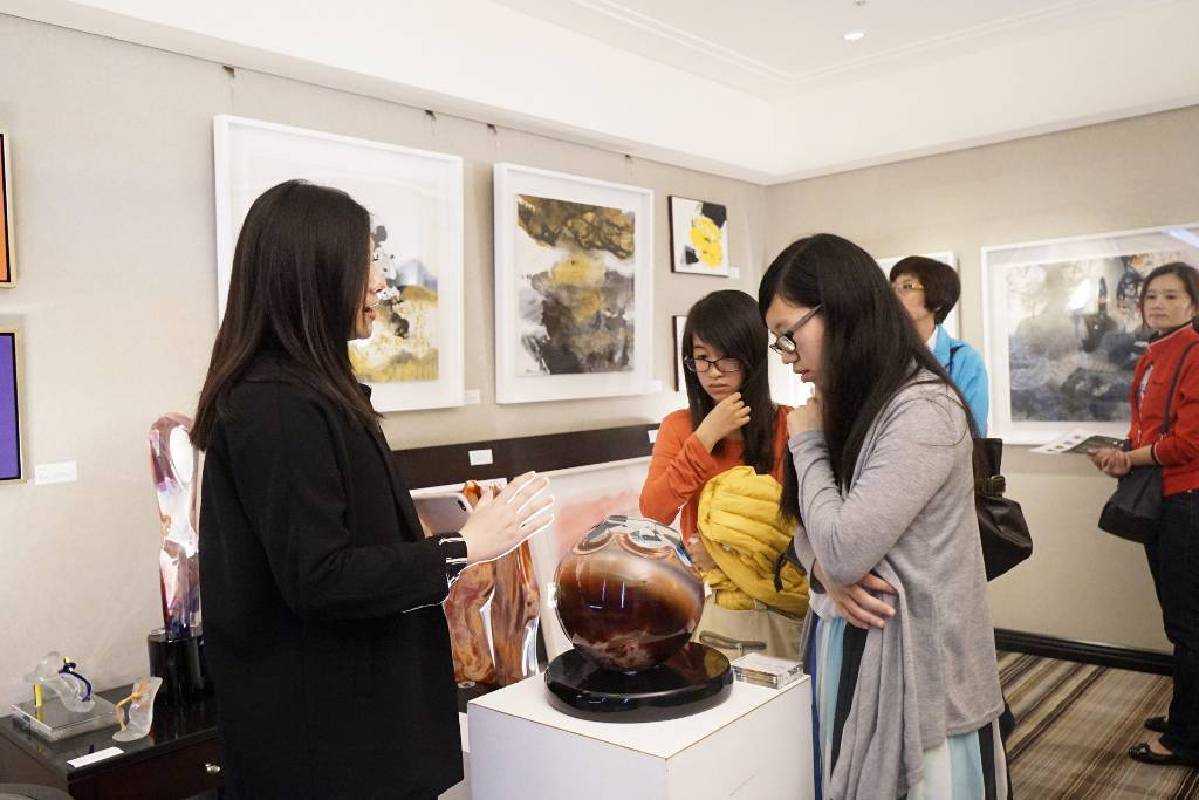 許多民眾在藝星藝術中心展間流連