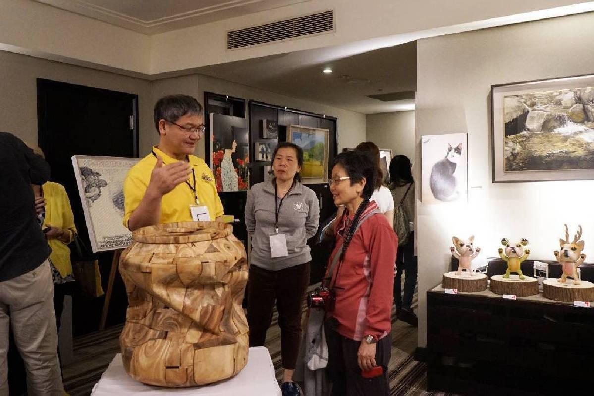 晴山藝術中心負責人(左一)在與熱心的向民眾介紹作品