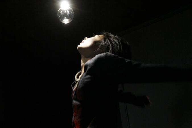 余彥芳於《觀眾席》演出作品《暈眩》。圖/非池中藝術網攝。
