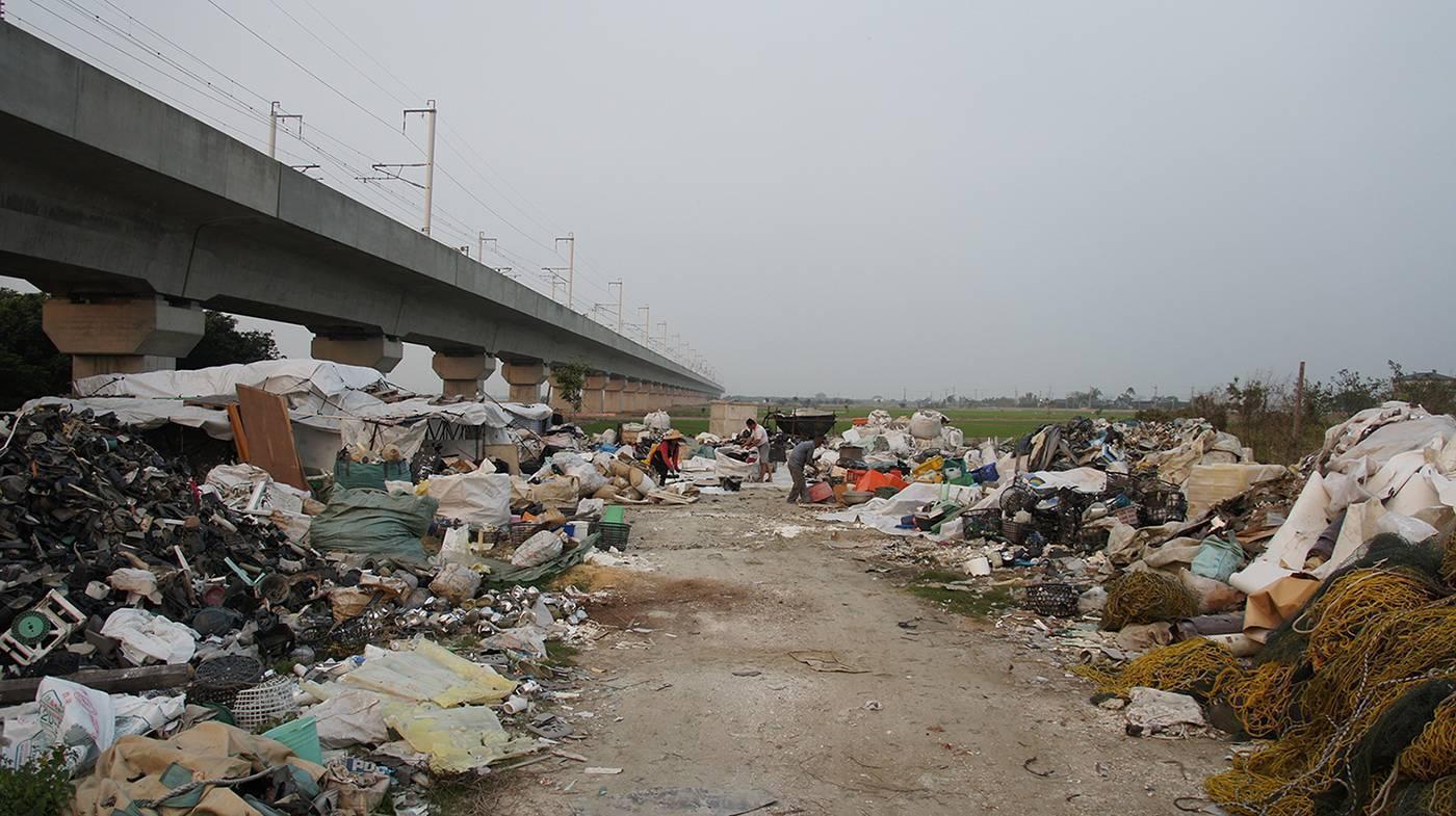 蘇育賢,塑膠人,錄像、桌、塑膠椅,2011,藝術家自藏