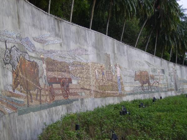 臺北市劍潭山麓劍潭公園的顏水龍馬賽克壁畫作品《從農業社會到工業社會》,1969年。圖/取自Wikipedia,Winertai攝影