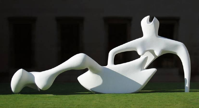 亨利‧摩爾,《斜倚的人形》(Reclining Figure),1951。圖/取自wikiart。