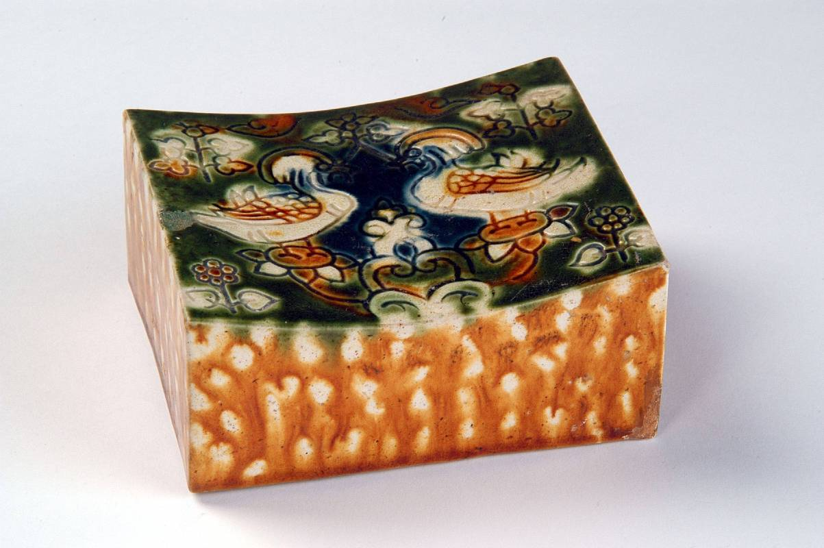 三彩鴛鴦枕 ,唐代,1971年出土於洛陽邙山前李大隊  (洛陽博物館典藏)