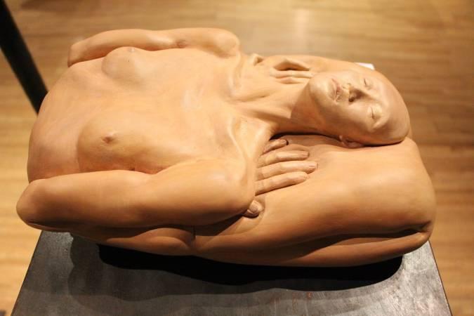 國際袖珍雕塑展銅賞,葉欣樺《對折再對折》。圖/非池中藝術網攝。