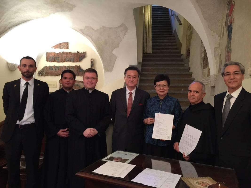國立故宮博物院馮明珠院長於教廷聖座教宗禮儀處簽署「天國的寶藏—梵蒂岡教廷文物特展」合約_