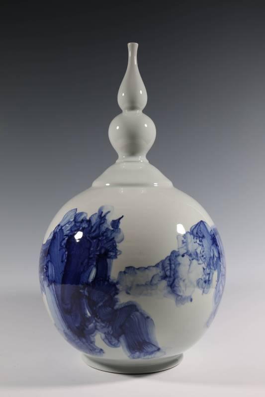 張嵐軍 《雲起系列之十 造型瓶》 2015  31.5×31.5×54公分