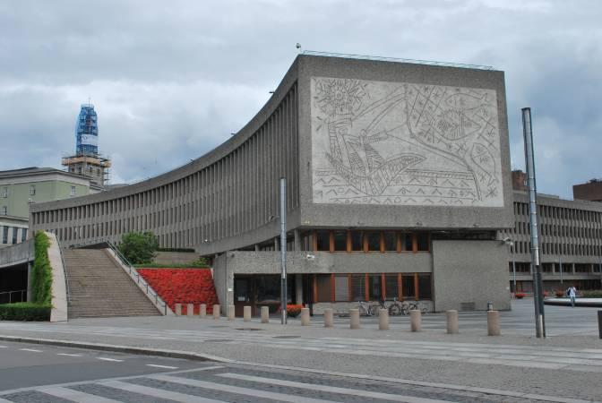 挪威政府大樓「Y大廈」。圖/取自Wikipedia。