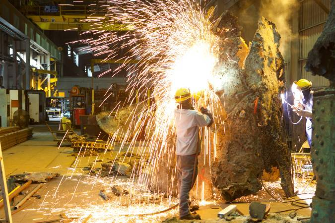 藝術家王文志於東和鋼鐵創作現場即景。圖/東和鋼鐵文化基金會提供。