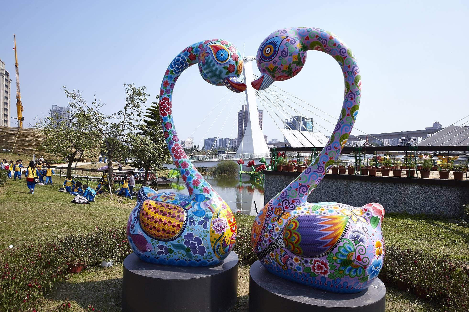 桃園燈會青塘園地景裝置/洪易「天鵝之戀」(220x116x76cm),添增幸福感