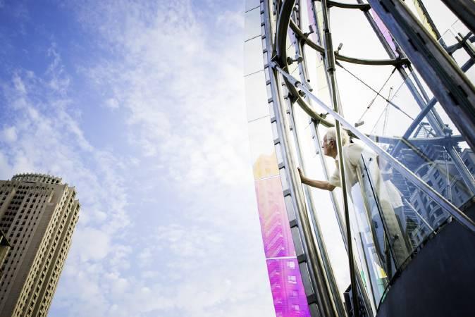 艾德‧卡本特與作品《春曉》合影。圖/陳若軒攝影,帝門藝術教育基金會提供。