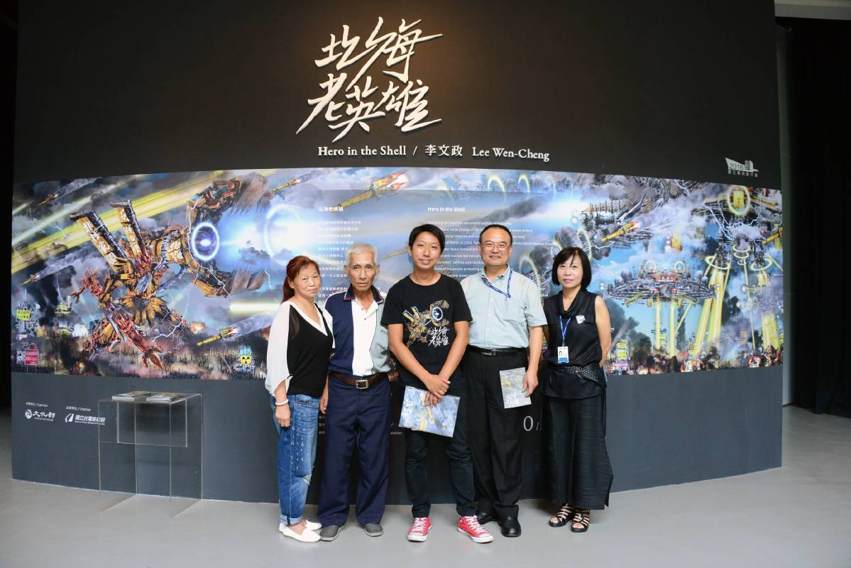 國美館蕭宗煌館長(右二),展覽組蔡昭儀組長(右一)藝術家李文政(中)及父母合照