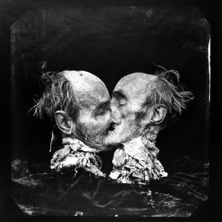 Joel-Peter Witkin《The Kiss Le Basier, New Mexico》,1982。