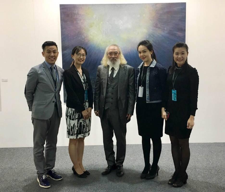 藝術家姜亨九(中)與芳草地畫廊工作人員