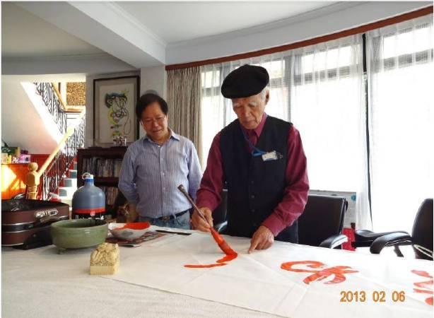 國際知名書法家任漢平先生(右)應乙農集團潘勝正總裁(左)之邀至公司揮毫