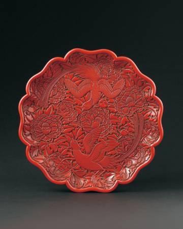Lot 1120 / 明早期 剔紅牡丹綬帶圖葵瓣式盤