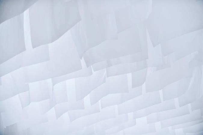 上千張薄纖紙整齊垂降而下,以一片空白爆炸綿延空間。(攝影=汪德範、圖片提供=格式設計展策)