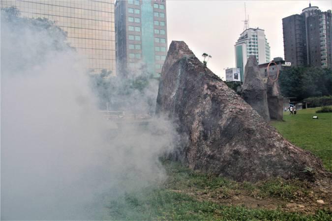 「巨石海島」大型雕塑,在入口草地處呼應大會主題,邀請民眾思考生於臺灣海島之上,我們的文化是從何而起?(圖片=樹火)