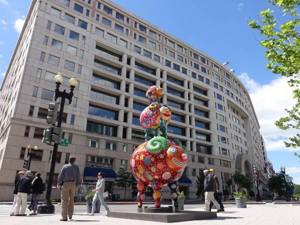 洪易的三羊開泰佇立在華盛頓特區的先鋒廣場,與建築相互呼應。