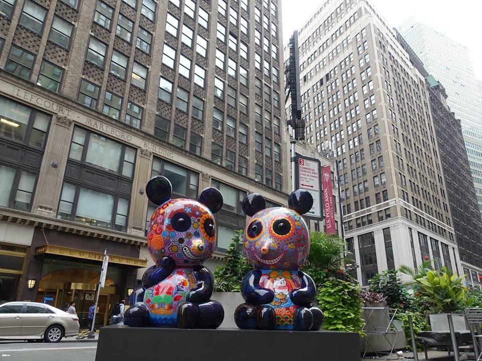 「團團圓圓」裝置在百老匯街與36街路口